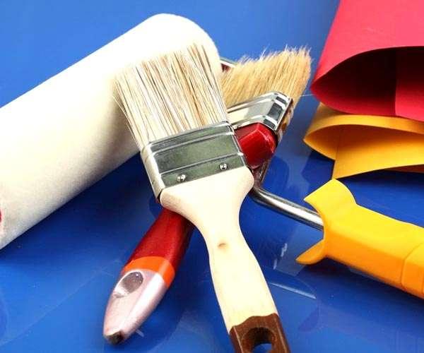 кисти и валик для покраски стен