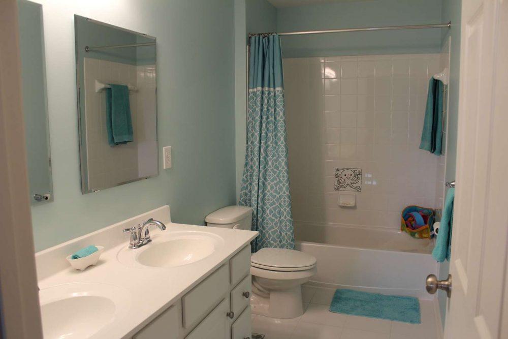 серая краска на стенах ванной комнаты