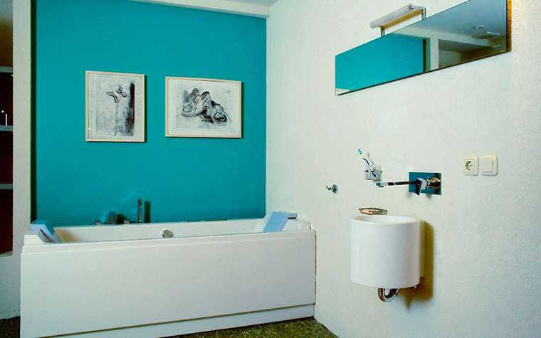 голубая краска в ванной комнате