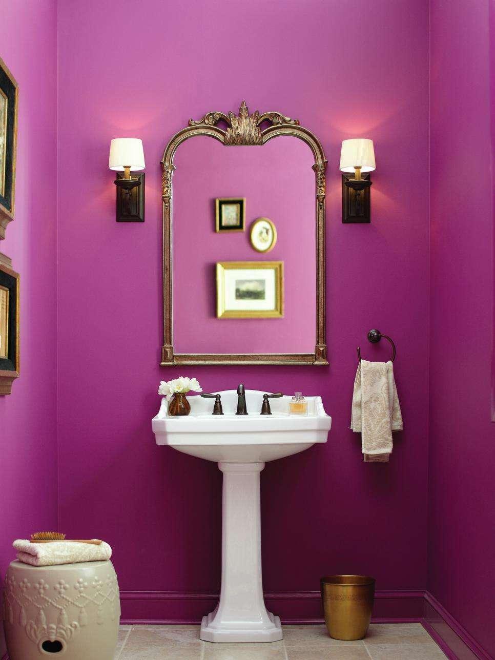 краска фиолетового цвета на стенах ванной