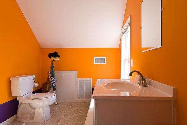 жёлтая краска на стенах ванной комнаты