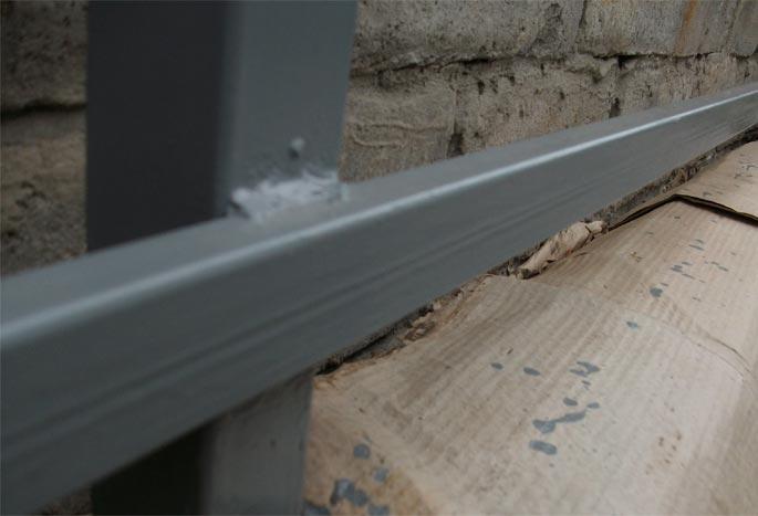 Краска защищает металл от коррозии и повышает привлекательность конструкции