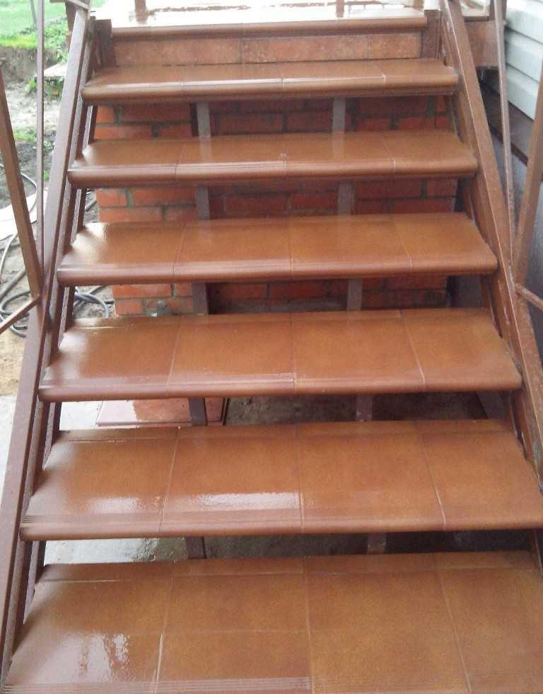 Плитка на ступеньки выбрана красно-коричневая под цвет кирпича