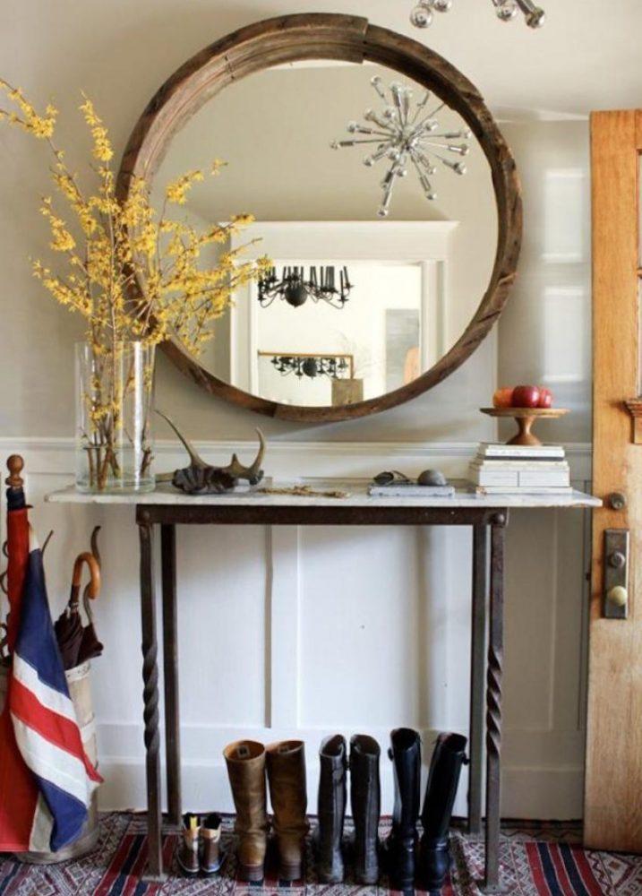 Цветущие веточки в вазе перед зеркалом