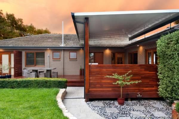 Деревянное крыльцо к дому - фото кирпичного дома