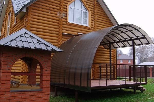 Большое крыльцо из поликарбоната - фото частного дома