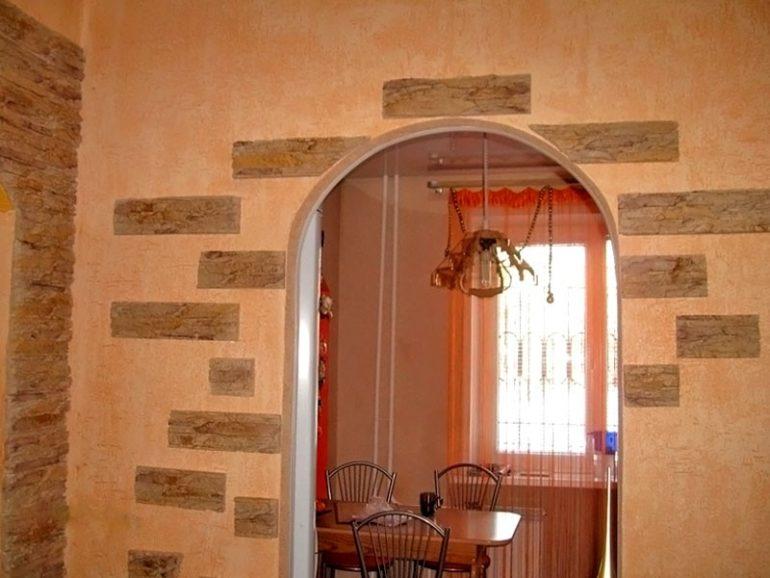 Границы небольшого пространства визуально раздвинутся, если отказаться от двери в пользу арки