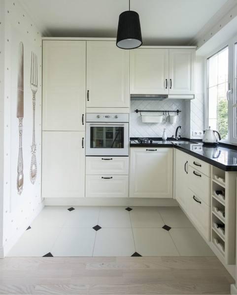 Кухонный гарнитур светлых тонов визуально увеличит маленькое пространство