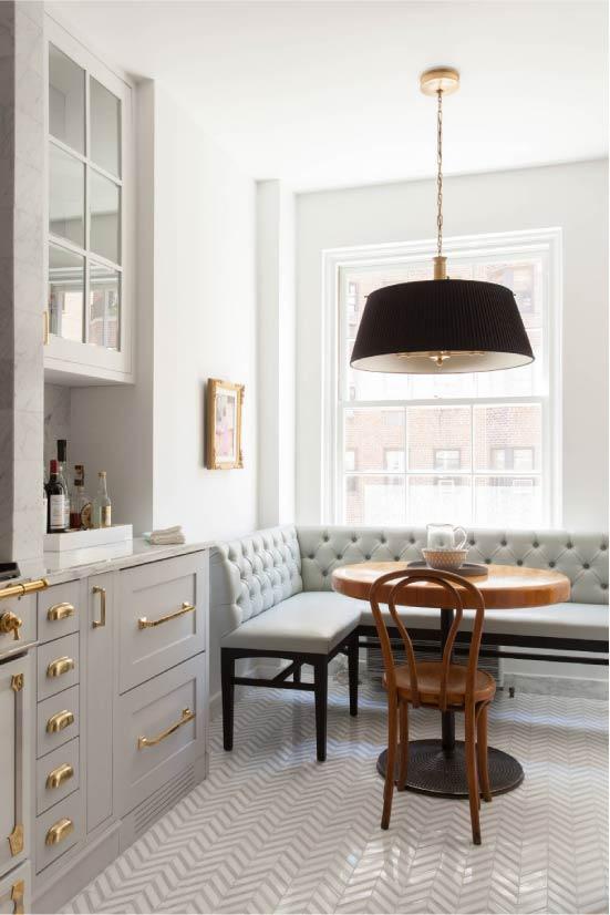 Латунные детали в интерьере кухни-столовой