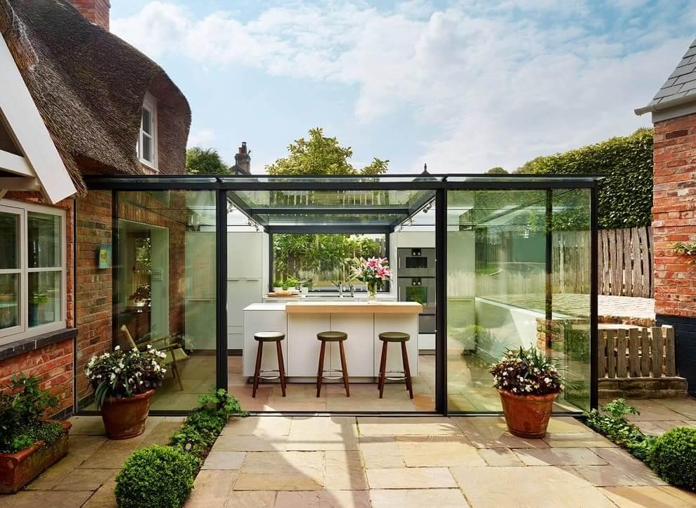 Для возведения летней кухни из стекла - фундамент и вовсе может не потребоваться