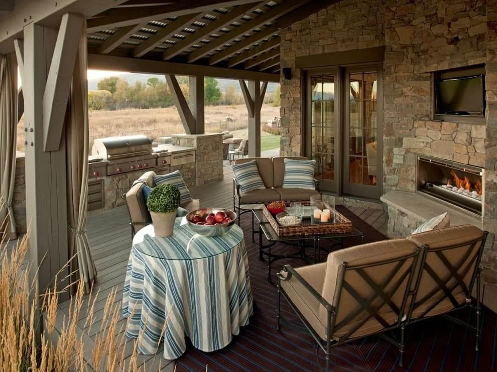 Удачное сочетание натурального камня и стали в дизайне летней кухни