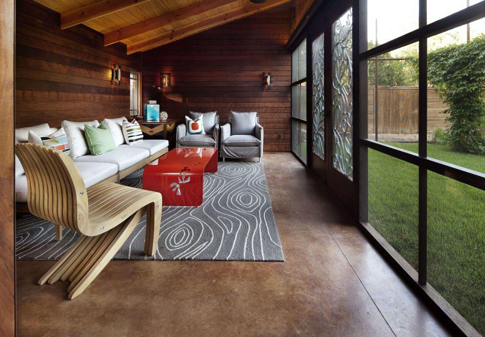 Линолеум можно защитить от точечной нагрузки, постелив ковровое покрытие