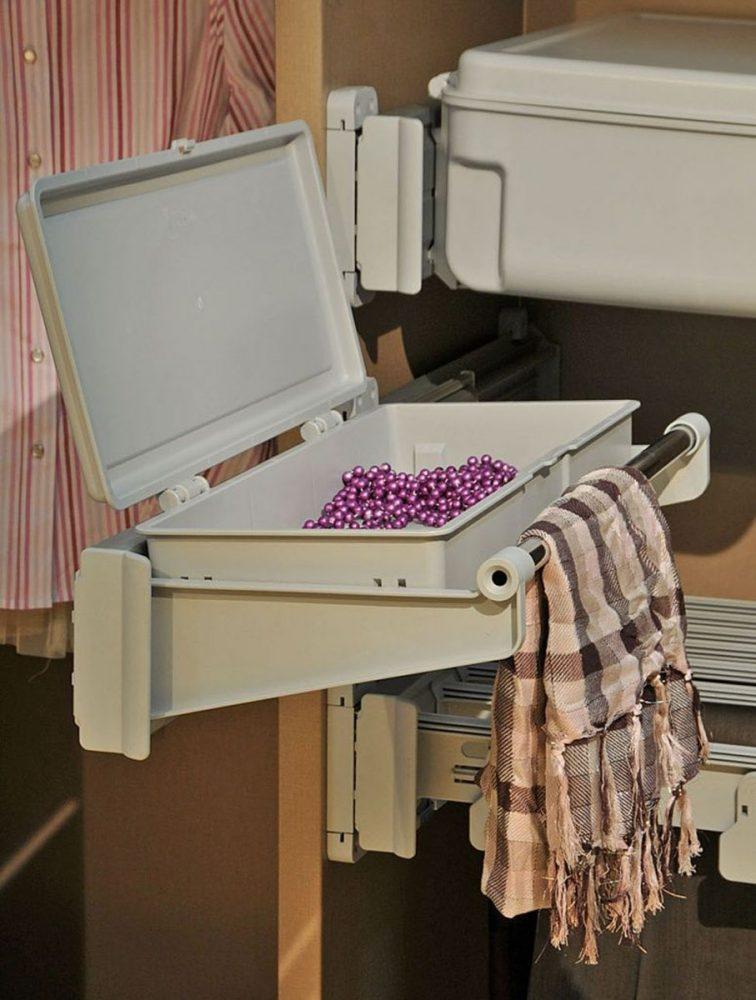 Контейнер для мелочей и вешало в гардеробной
