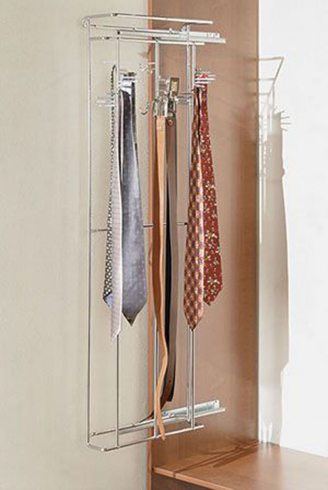 Три веерные вертикали для ремней в гардеробной