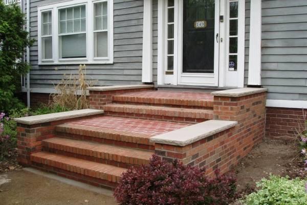 Маленькое крыльцо к дому - фото из красного кирпича