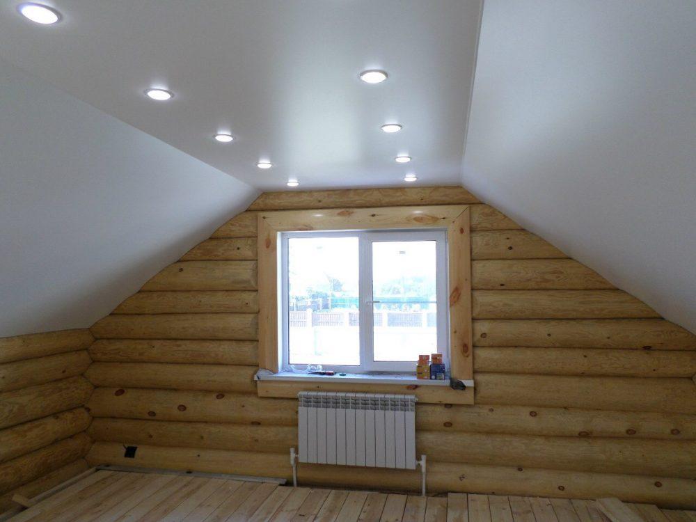 Мансардный натяжной потолок в деревянном доме