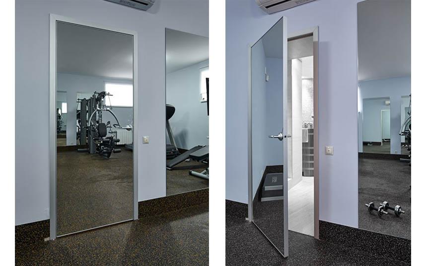 Зеркальная дверь в спортзале