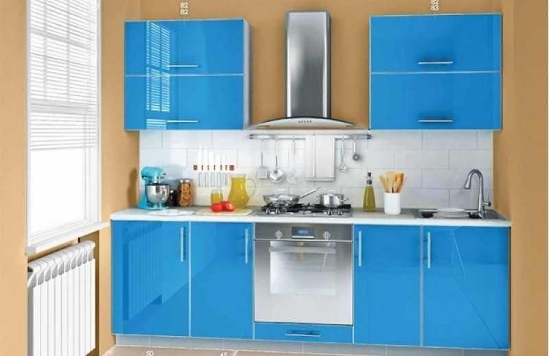 Пластик - один из самых практичных материалов на фасаде кухонной мебели, но вот глянцем увлекаться не стои