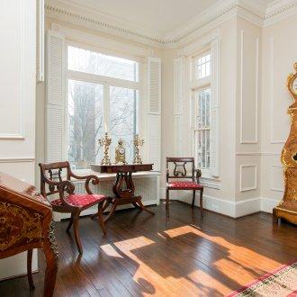 Молдинги в комнате в классическом стиле