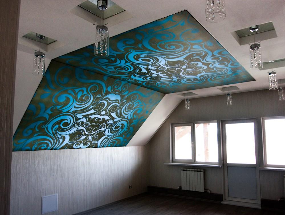На фото - комбинированная отделка мансарды из гипсокартона и натяжного полотна