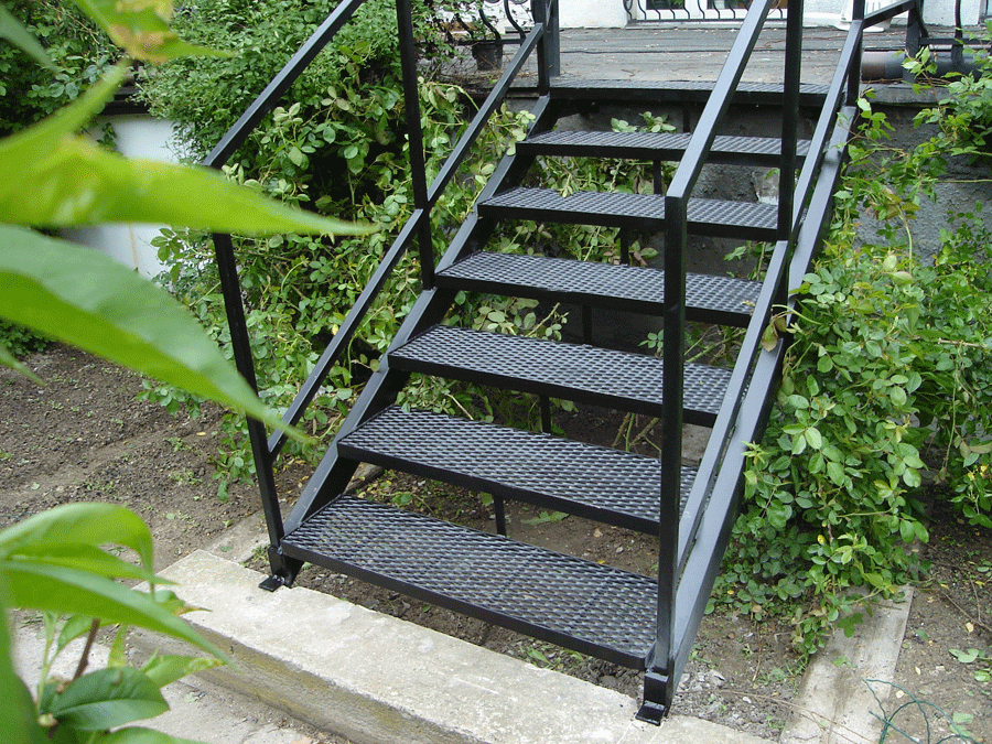 На ступенях из просечного металла не скапливается вода