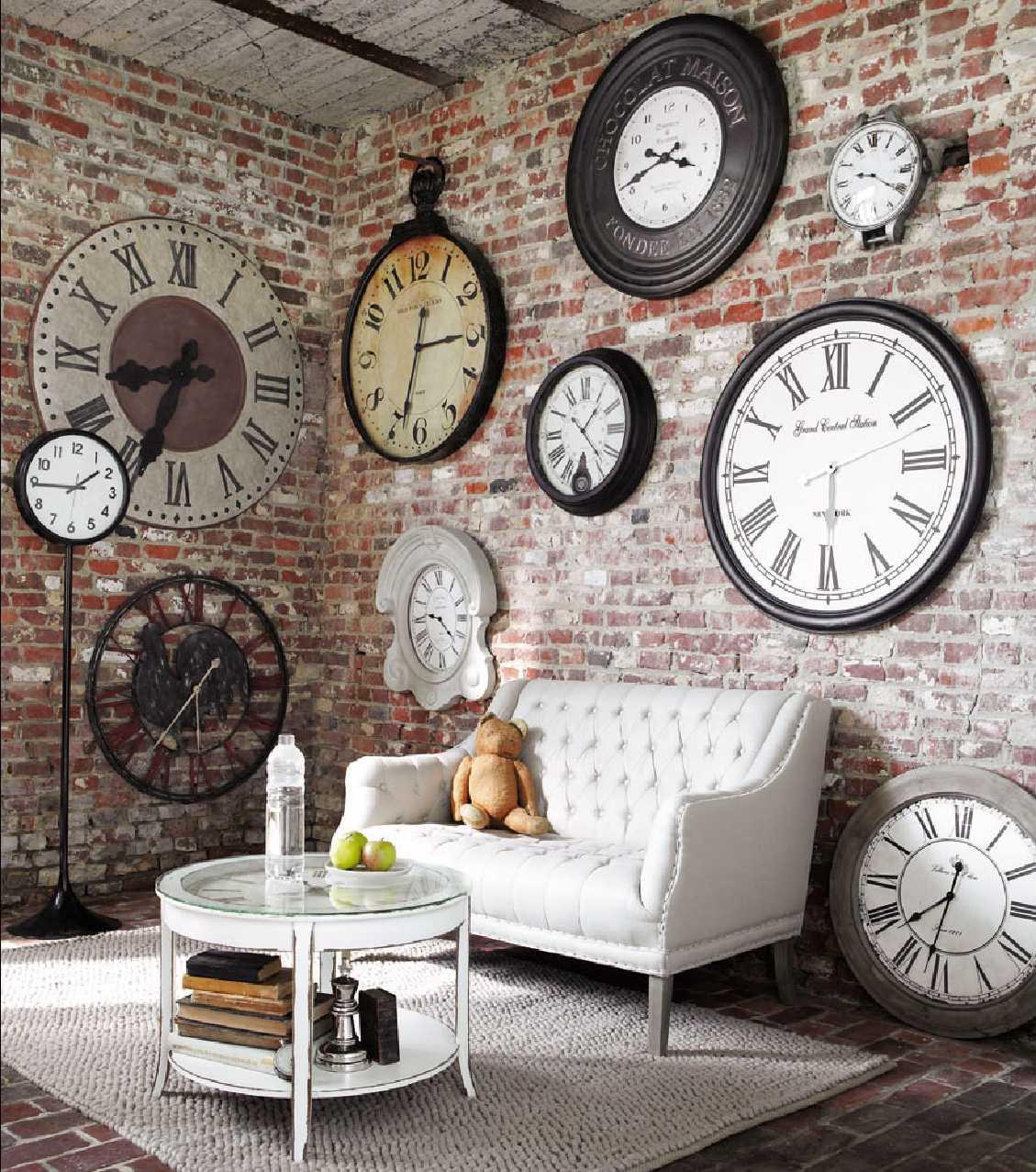 красивый декор гостиной с оригинальными настенными часами