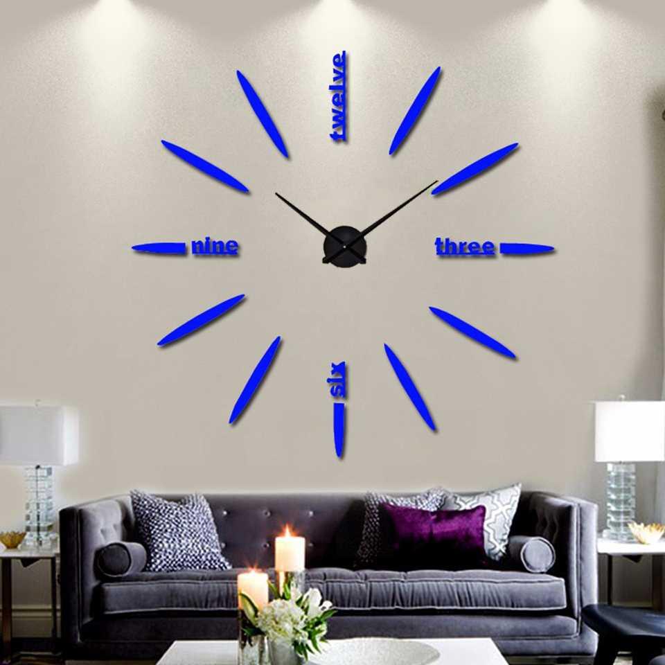 необычный стиль гостиной комнаты с оригинальными настенными часами