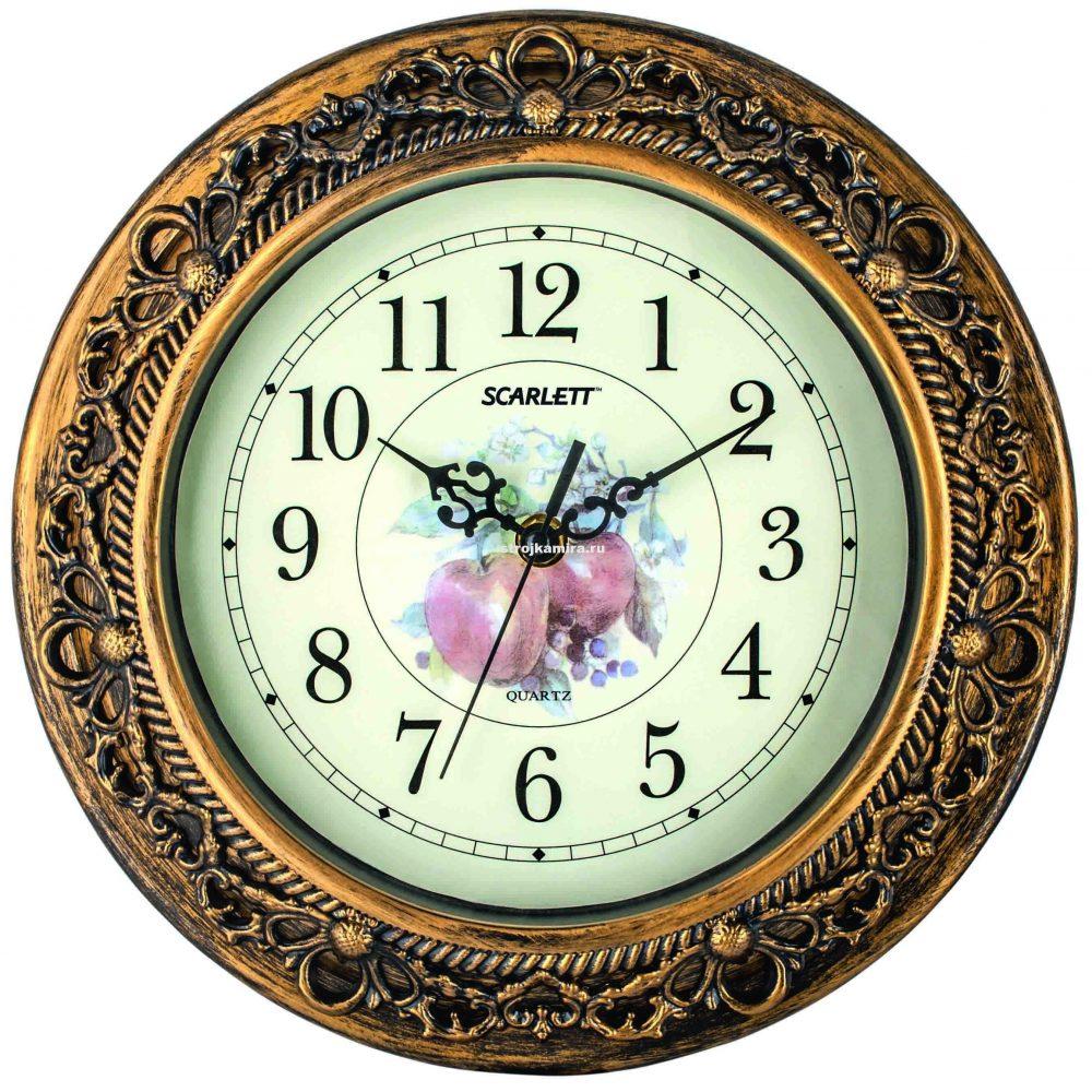светлый дизайн гостиной с необычными настенными часами
