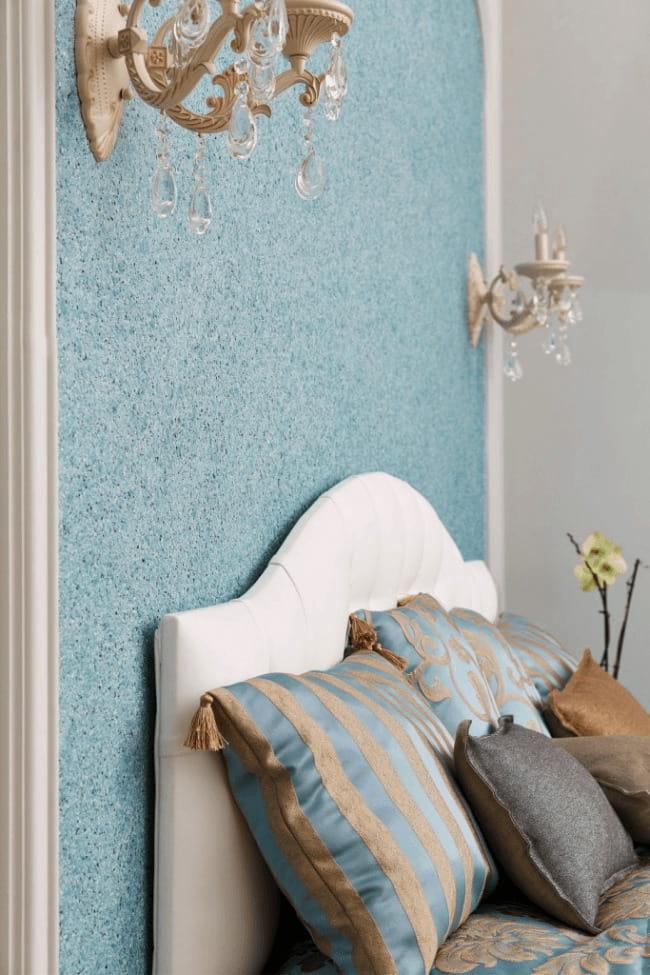 Очень часто жидкими обоями оформляют стену за изголовьем кровати