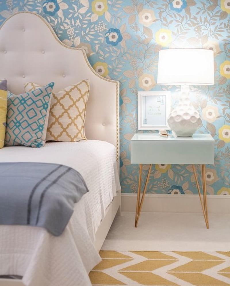 Создать нежный и романтичный дизайн спальни удастся с помощью голубых обоев с цветами