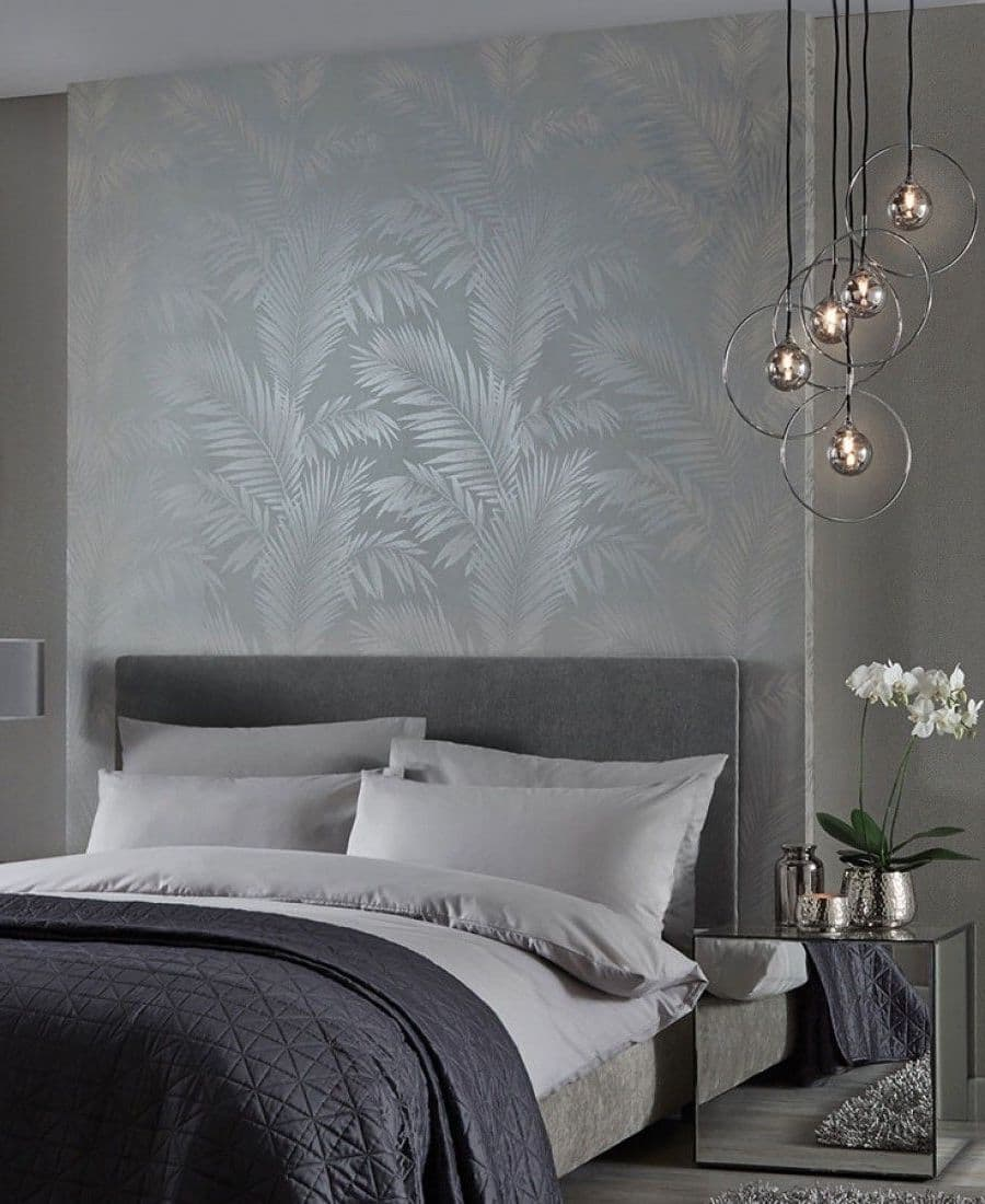 Обои с шелкографией на фоне правильно подобранной мебели смотрятся более мягко и эстетично