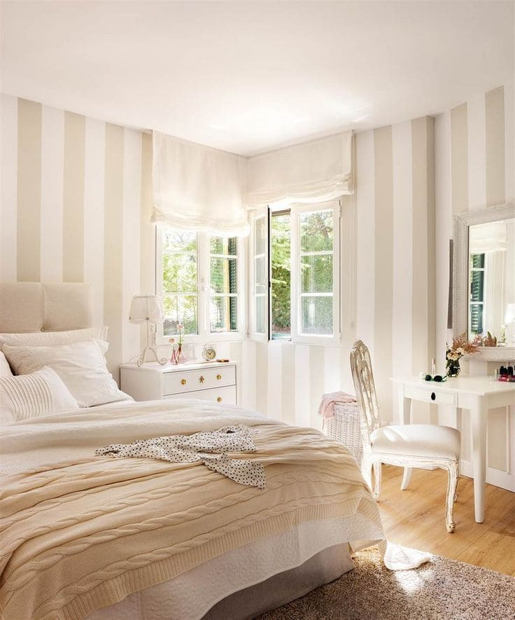 Светлые обои в полоску - идеальное решение для оформления стен в спальне