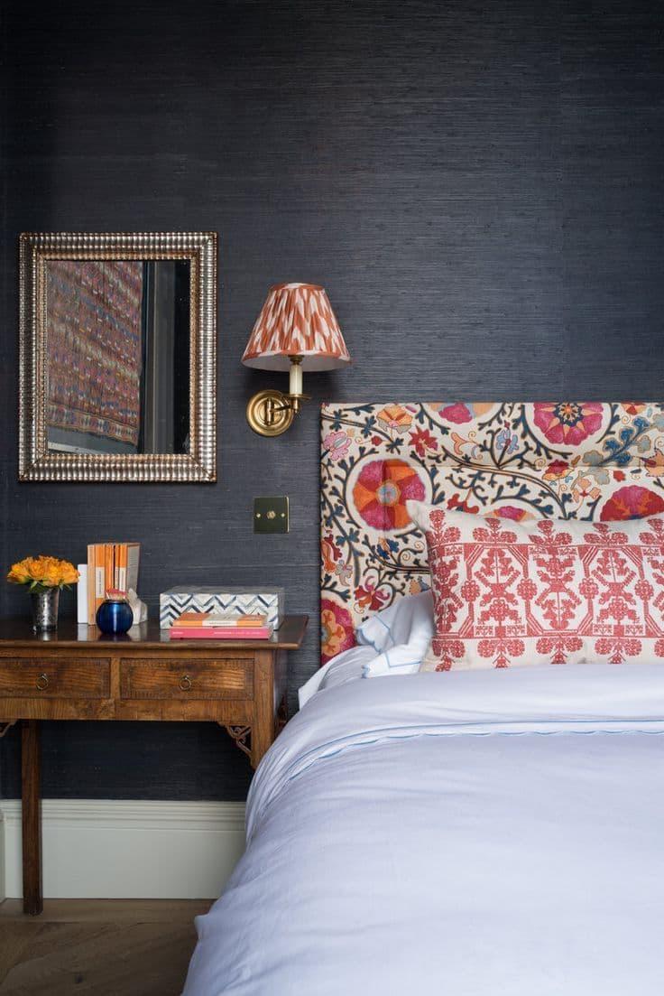 Эффектный контраст изголовья кровати и стеной за ней