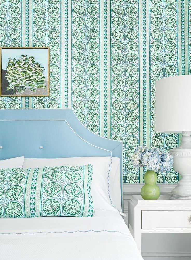 Красивые обои для стен в спальне сочного зеленого цвета