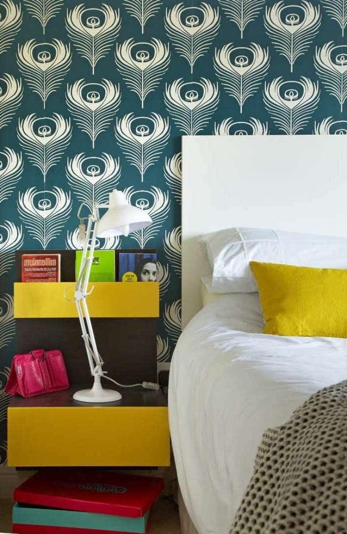Изысканное оформление стен спальни яркими виниловыми обоями