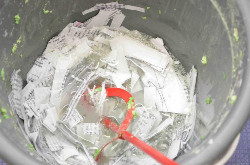 Обрывки газет как основа для изготовления жидких обоев