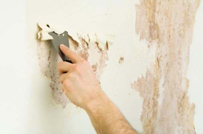 очистка стены от краски шпателем