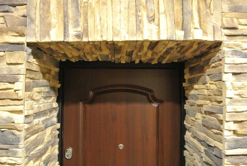 Оформление проема входной двери декоративным камнем
