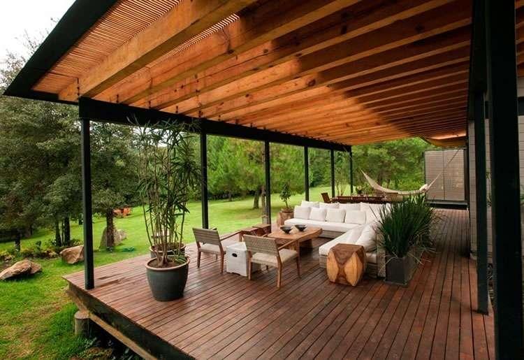 Открытая терраса с деревянным полом