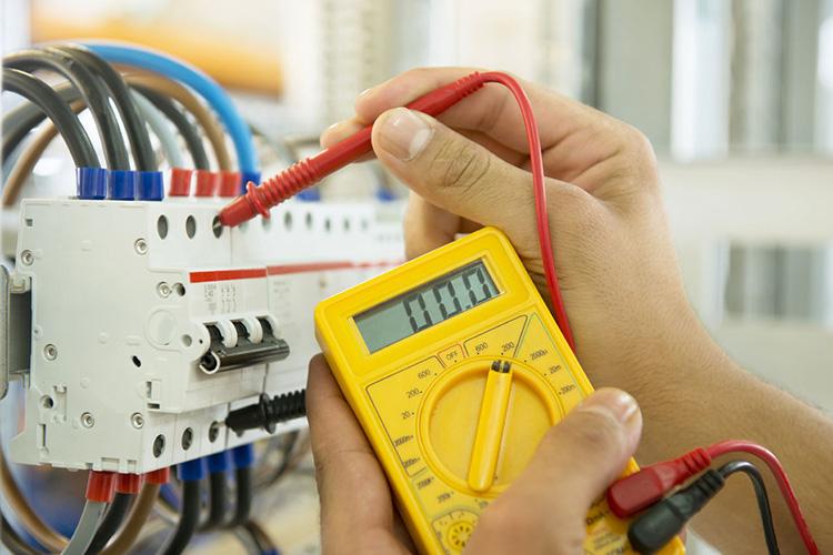 Перед началом электромонтажных работ напряжение нужно обязательно снять