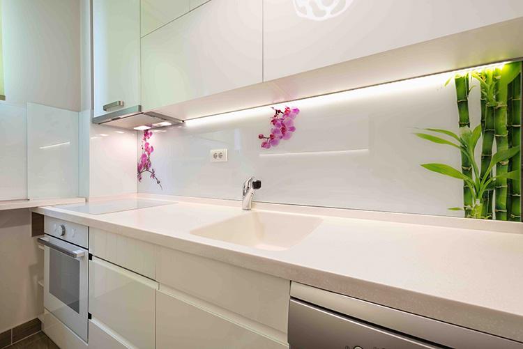 Светодиодный светильник под шкафы на кухню: подсветка рабочей зоны в помощь хозяйке