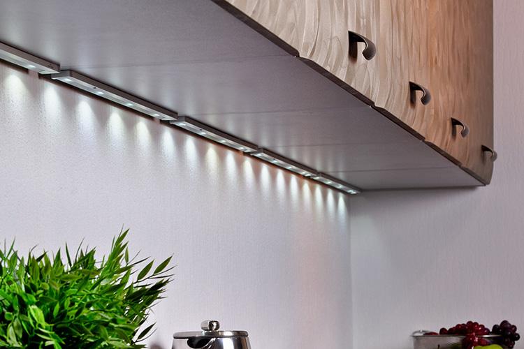 Здесь светодиодная лента защищена плафонами с рассеиветелями