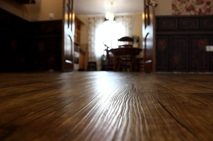 Рельефное тиснение на поверхности, имитирующей древесину