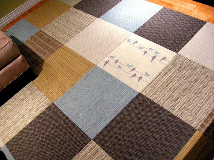 Богатый выбор расцветок и текстур ПВХ плитки в сочетании с точными геометрическими размерами различных партий позволяют создать уникальный дизайн напольного покрытия