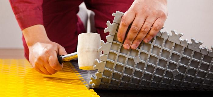 Процесс укладки модульной ПВХ плитки