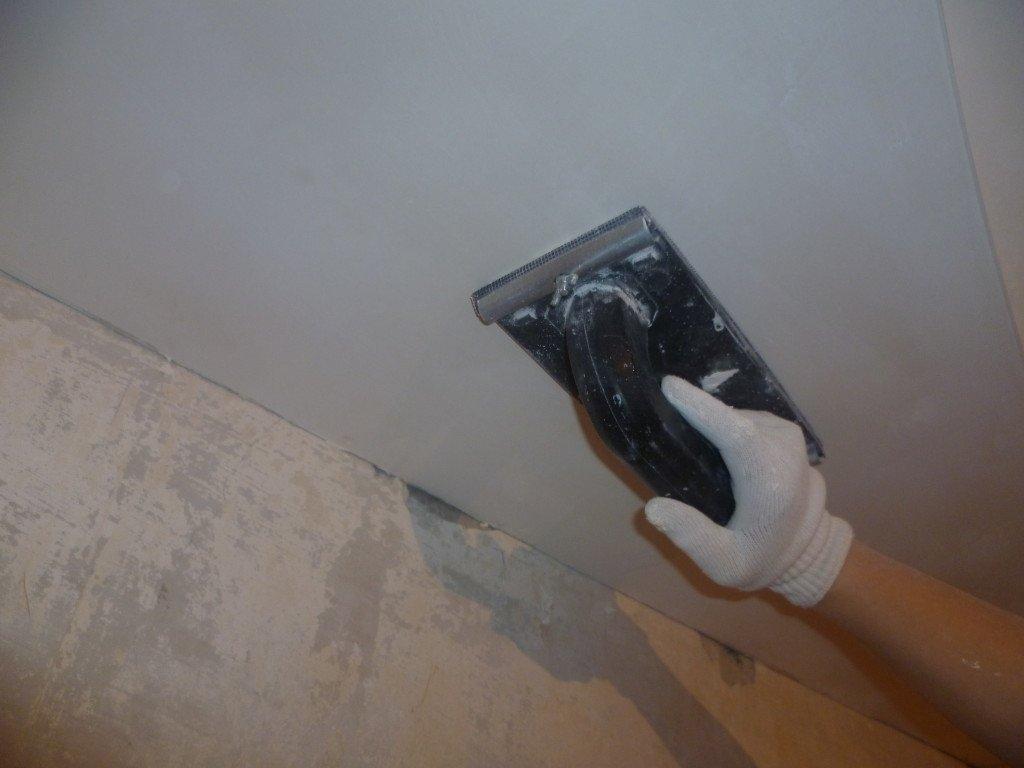 Заделка трещин на потолке между плитами