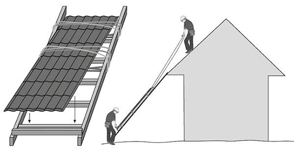 поднятие листов металлочерепицы на крышу дома