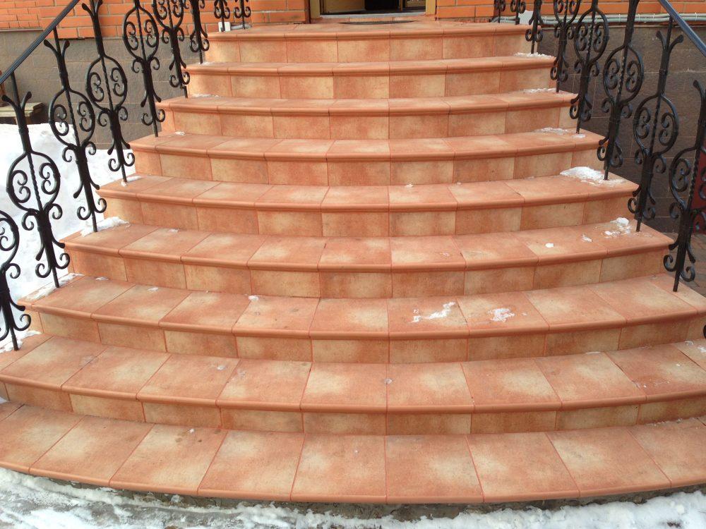 Полукруглая бетонная лестница, облицованная клинкерной плиткой