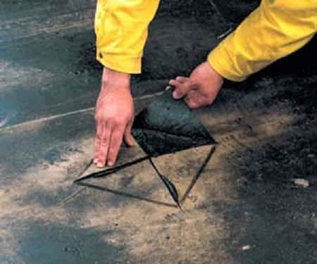 Рабочий зачищает повреждённые места