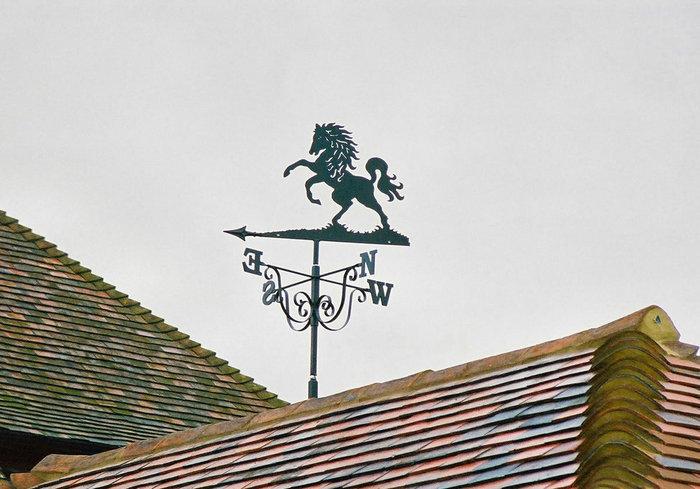 Крепление флюгера к коньку крыши